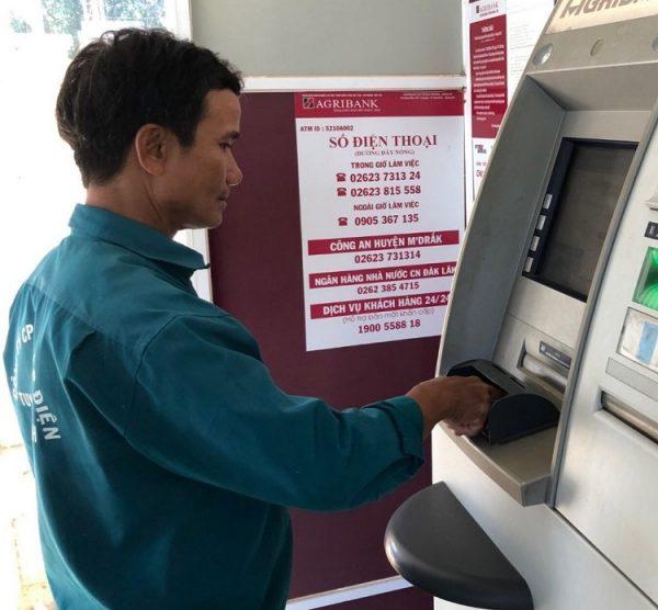 Kiểm tra số dư khả dụng tại cây ATM